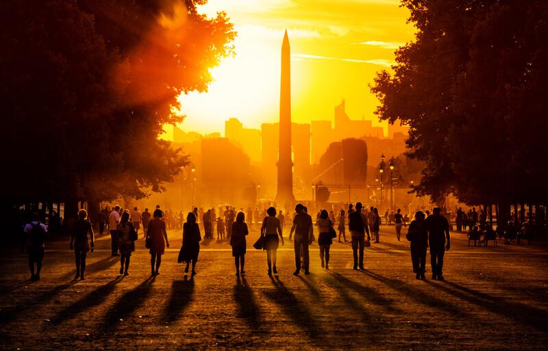 Oameni plimbându-se în Grădinile Tuileries, Paris, Franţa.