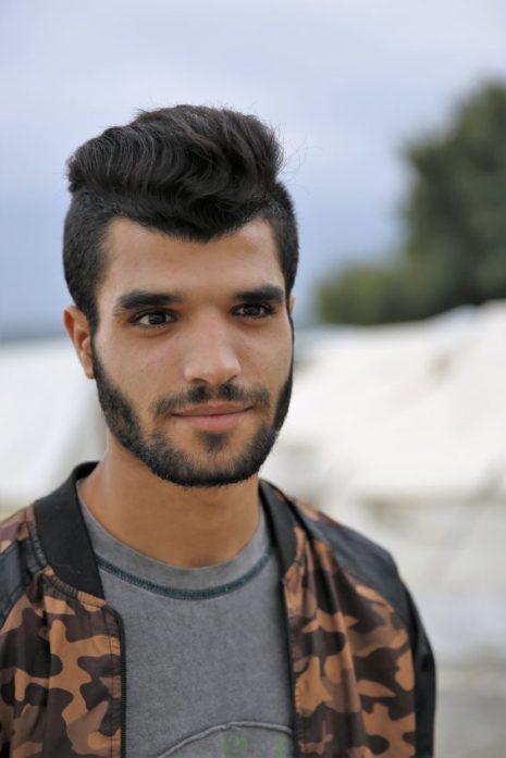 Sîpan Marko își împarte timpul, uneori chiar și mâncarea, cu voluntarii care au nevoie de un translator de kurdă. Pe lângă aceasta, este fluent în arabă, engleză și turcă. Este nepotul fraţilor Marko. (Foto: Alina Kartman | Semnele timpului)