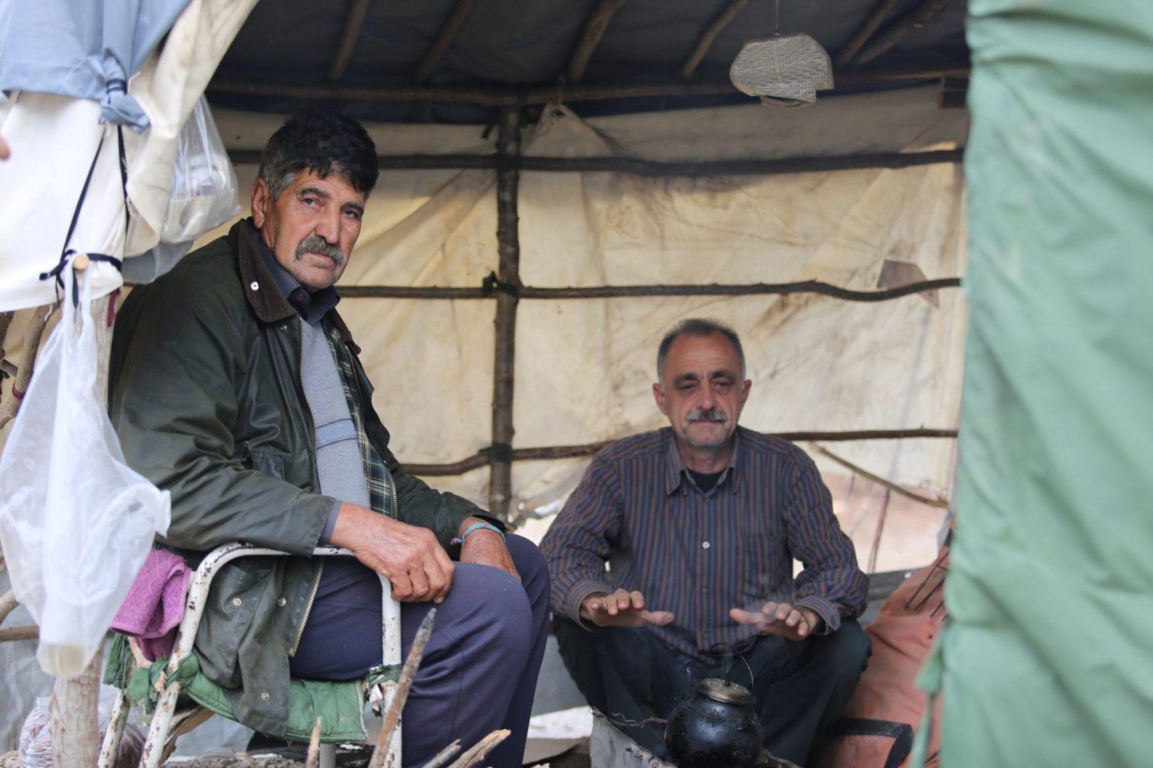 Focul și prietenia sunt singura sursă de căldură pe care refugiaţii o au în așteptarea iernii. (Foto: Alina Kartman | Semnele timpului)