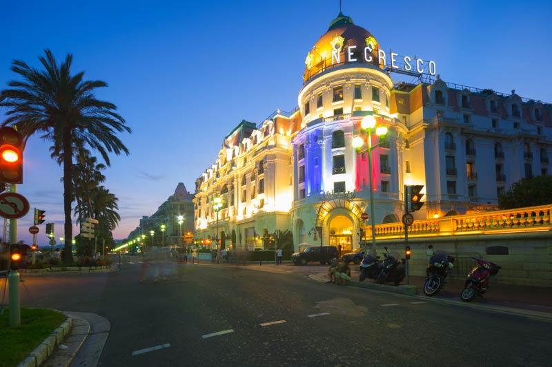 Bulevardul Promenade des Anglais din Nisa, un simbol al Coastei de Azur.