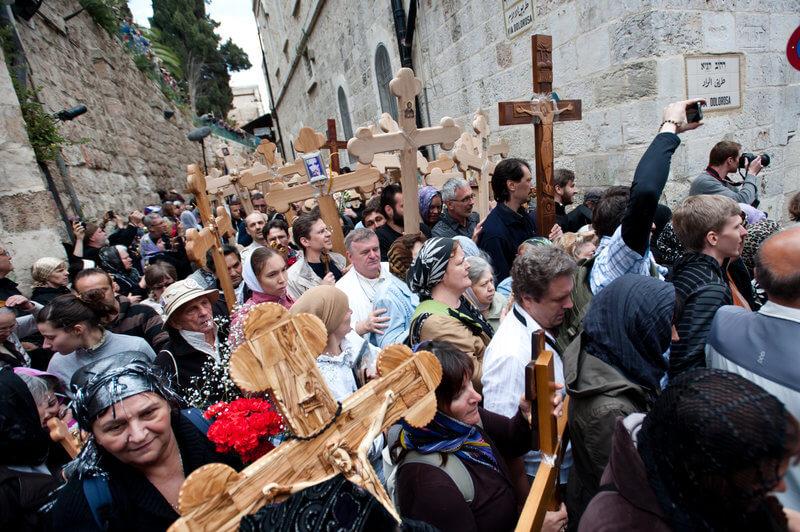 Pelerini creștini, în procesiune de comemorare a morţii lui Iisus, pe Via Dolorosa, Ierusalim.