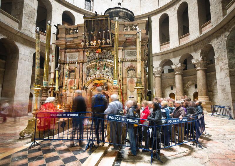 Turiști stau la coadă în jurul mormântului lui Iisus, din Biserica Sfântului Mormânt, Ierusalim.