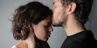 Iertare, sarut pe frunte, cuplu