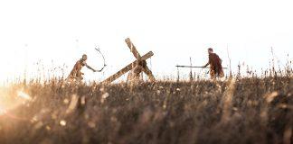 Iisus purtand crucea. Doi soldati romani Il inconjoara.