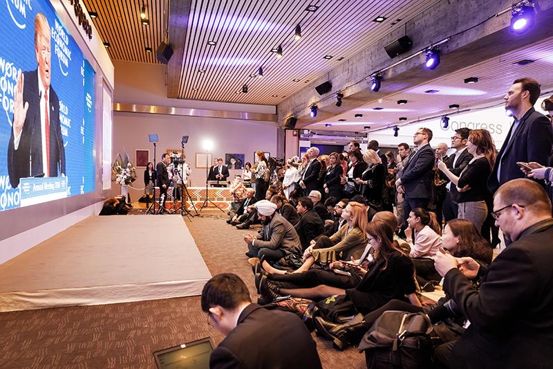 Jurnaliști urmărind discursul președintelui Donald Trump la reuniunea de la Davos din 2018.
