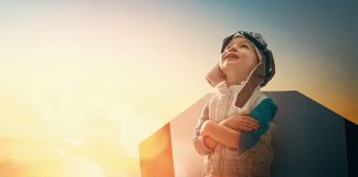 copil care priveste catre cer